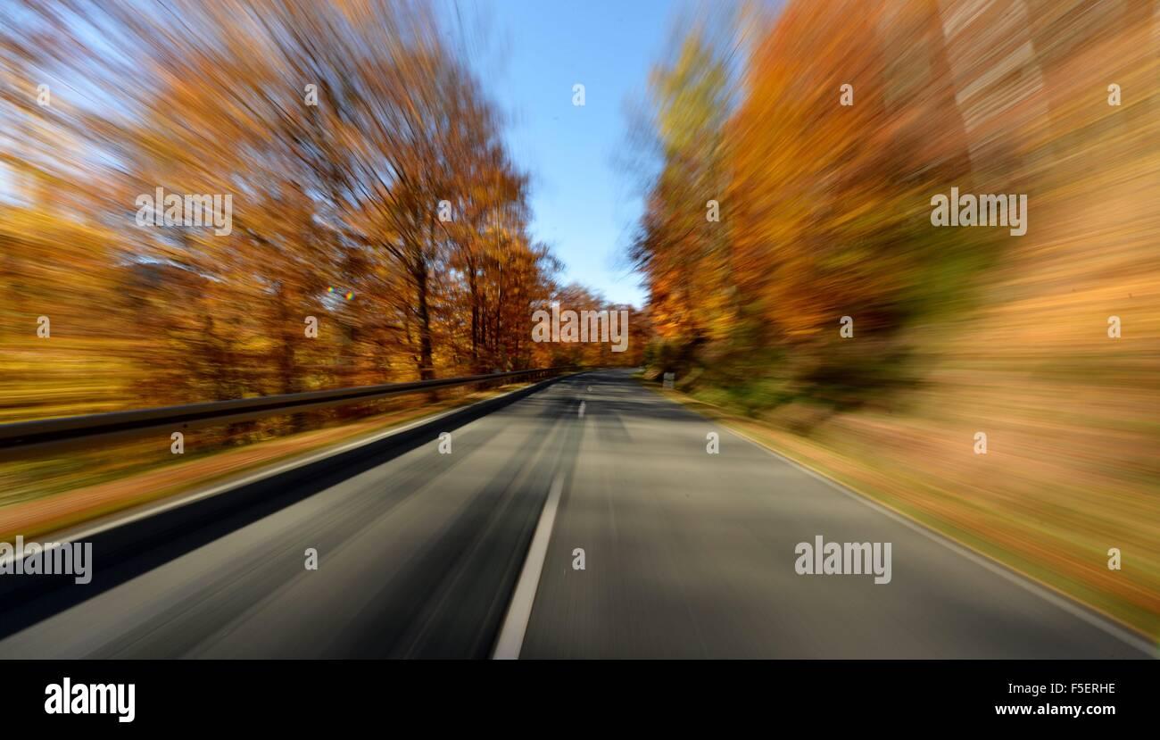Motorrad-Fahrer im Herbst, Deutschland, in der Nähe von Stadt Braunlage 2. November 2015. Foto: Frank Mai Stockbild