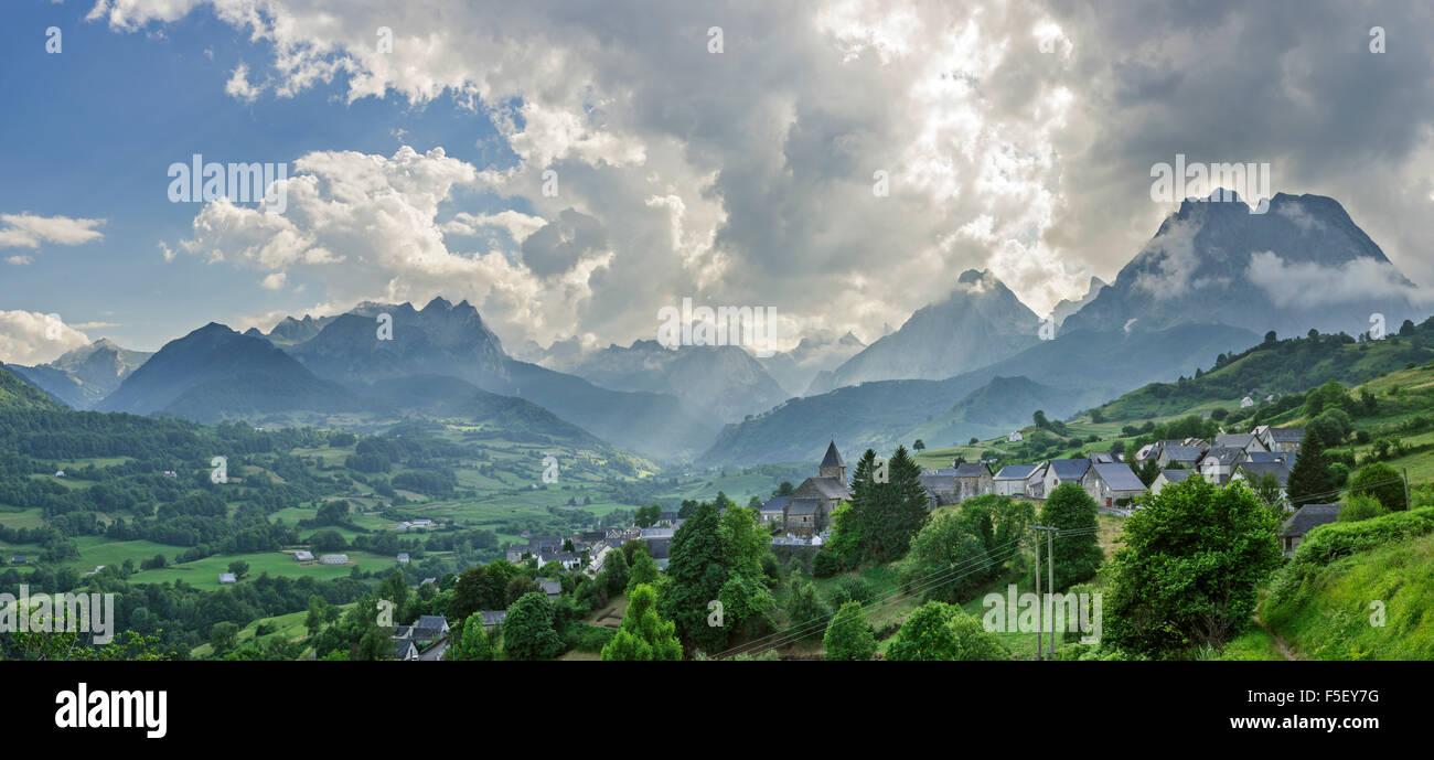 Abendlicht über Dorf, hohe Pyrenäen dahinter, Lescun, Aquitaine, Frankreich Stockfoto