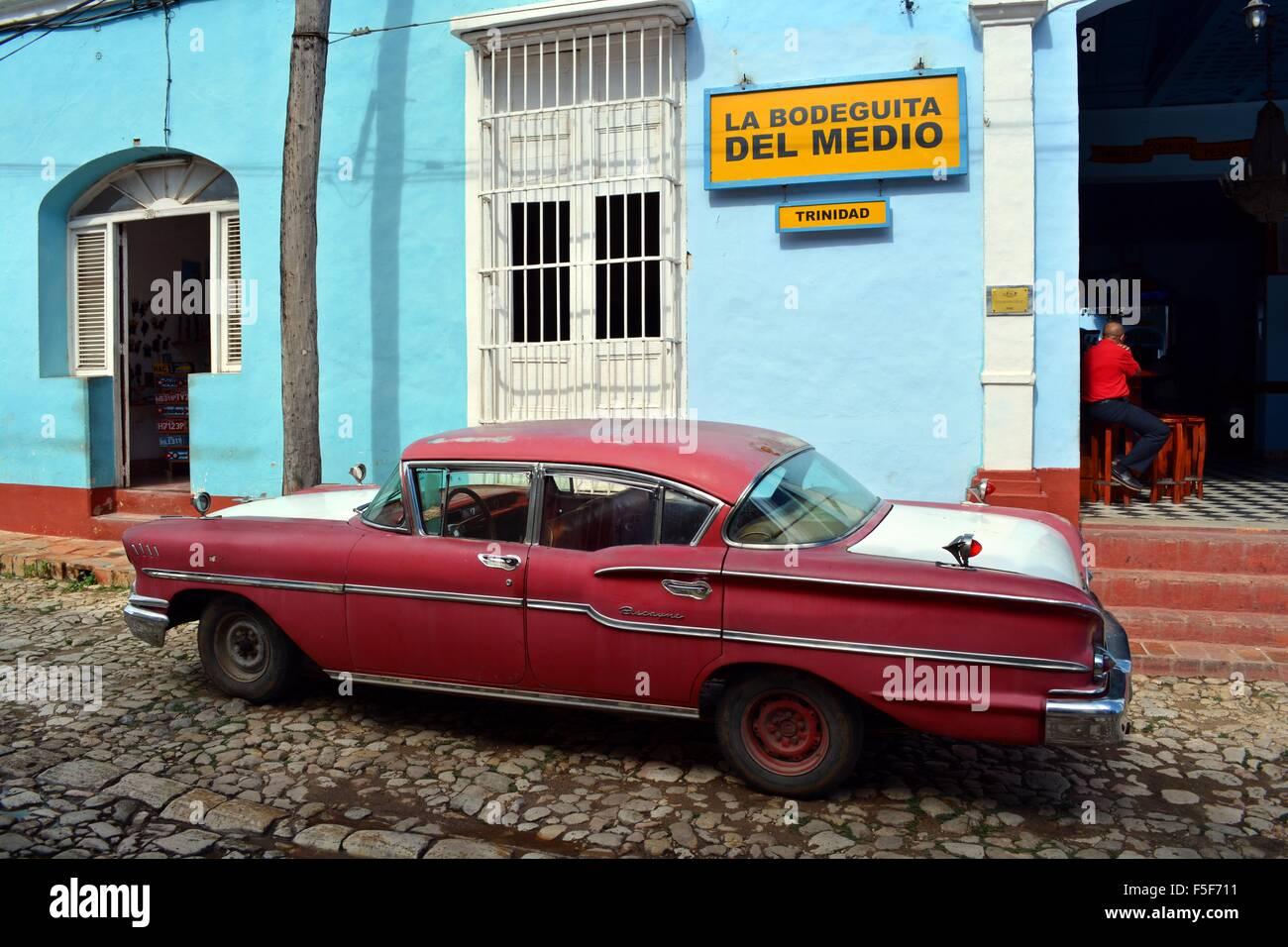 Lokaler Mann saß in der Bodeguita del Medio in Trinidad Kuba auf einen ruhigen Nachmittag mit einem roten und Stockbild