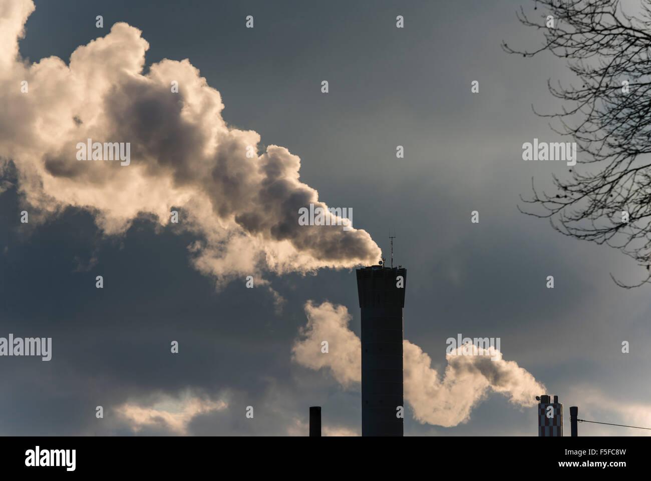 Dichter Rauch verlässt Schornsteine eines Kraftwerks in Zürich, Schweiz. Stockbild
