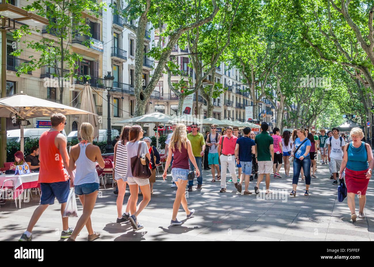 Spanien, Katalonien, Barcelona, La Rambla, Bäumen gesäumte Fußgängerzone, beliebt bei Touristen Stockbild