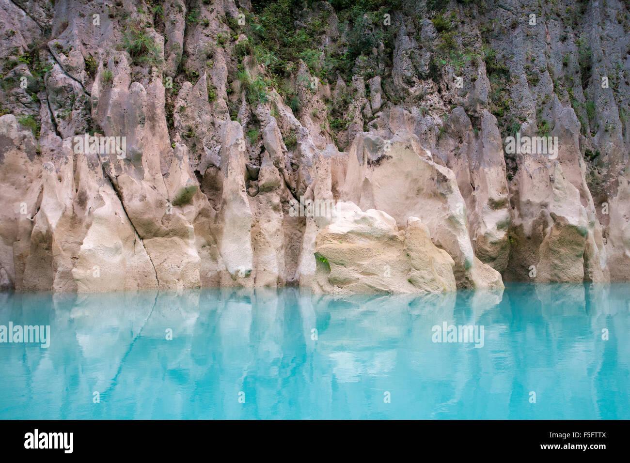 Türkis Farbe des tampaon Fluss Kontraste mit Felsformationen in der Huasteca Potosina lieber in der Nähe Stockbild