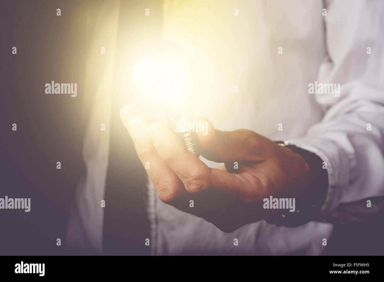 Idee und Vision, Geschäftsmann Betrieb Glühbirne, Geschäftskonzept, neue Ideen, Innovation, Erfindung Stockbild