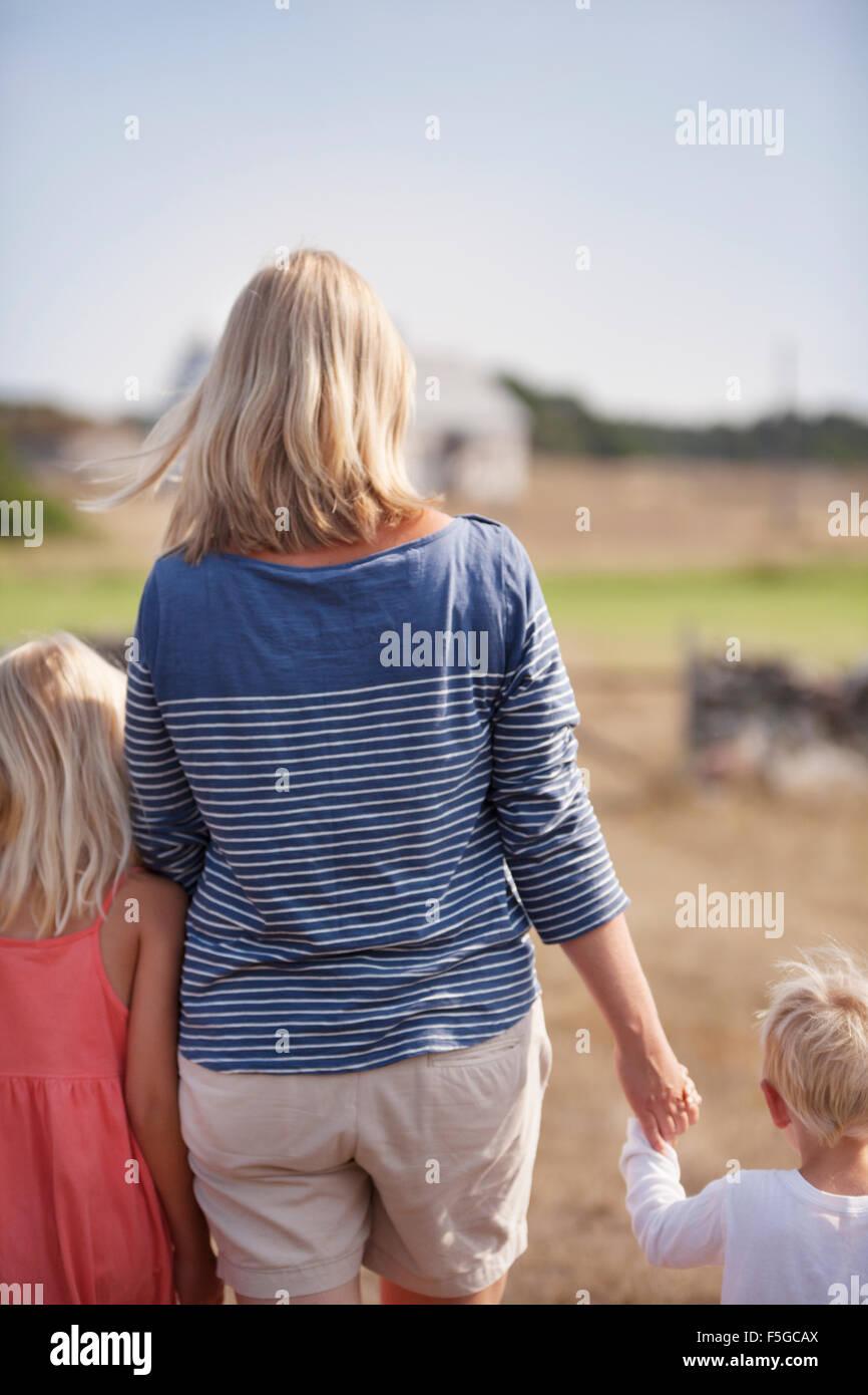 Schweden, Gotland, Faro, Mutter mit Sohn (2-3) und Tochter (10-11) halten die Hände Stockbild