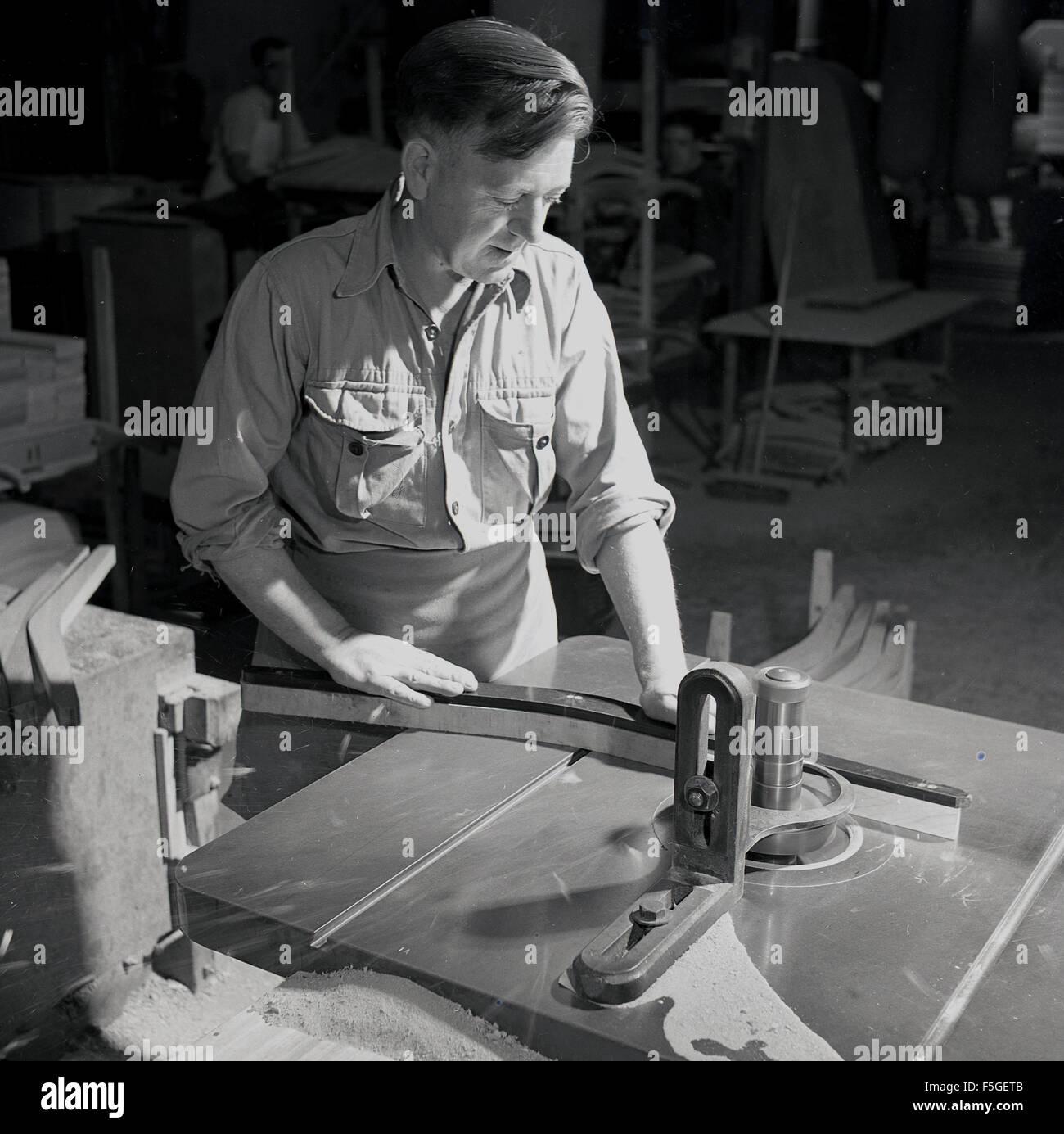 Möbel Bauer historische 1950er jahre möbelbauer oder tischler mit einem