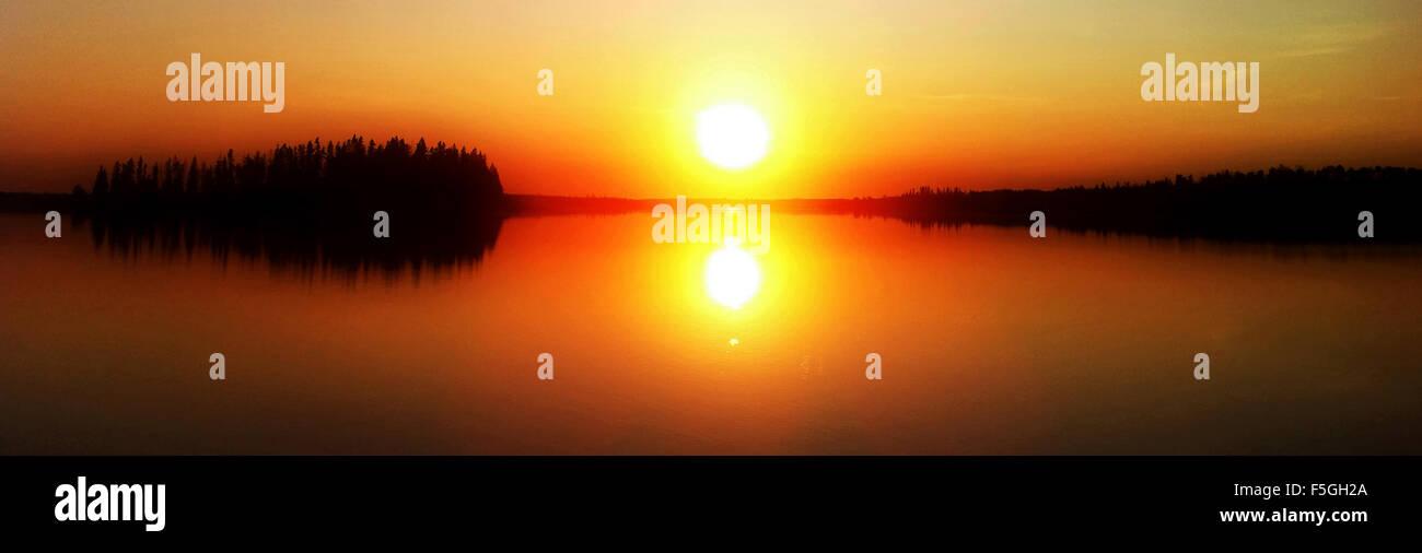 Ein schöner Sonnenuntergang Foto über See, verträumten Zustand. Stockbild