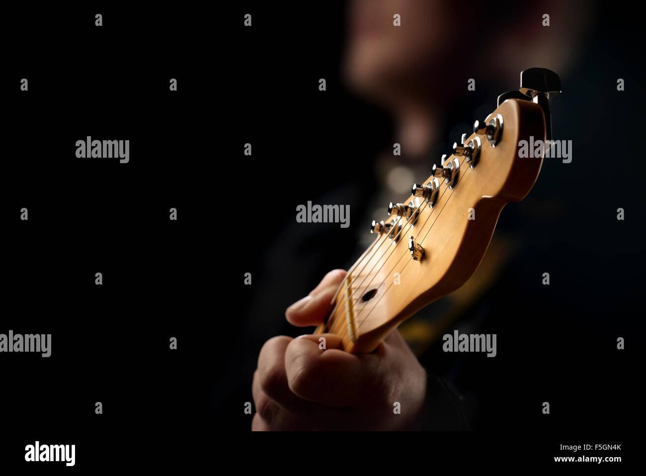 Gitarrist auf der Bühne - Nahaufnahme mit selektiven Fokus auf Gitarre Kopf Stockbild