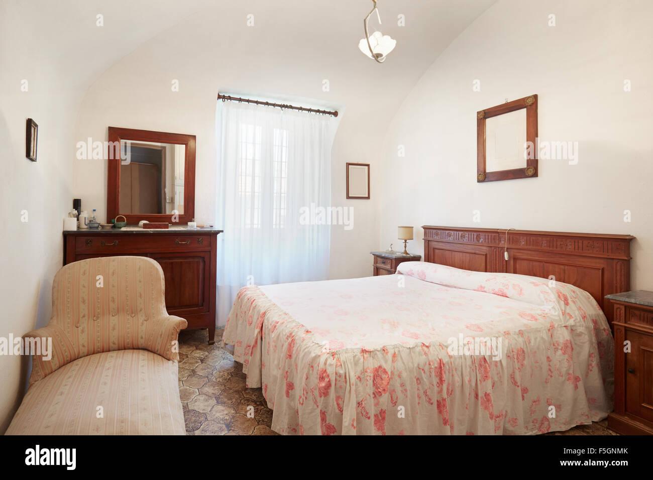Altes Schlafzimmer Mit Queen Size Bett In Alten Italienischen Haus