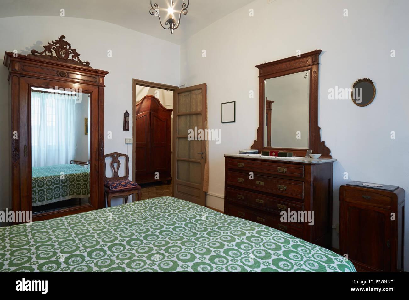 Altes Schlafzimmer mit Doppelbett im alten Haus Stockfoto, Bild ...