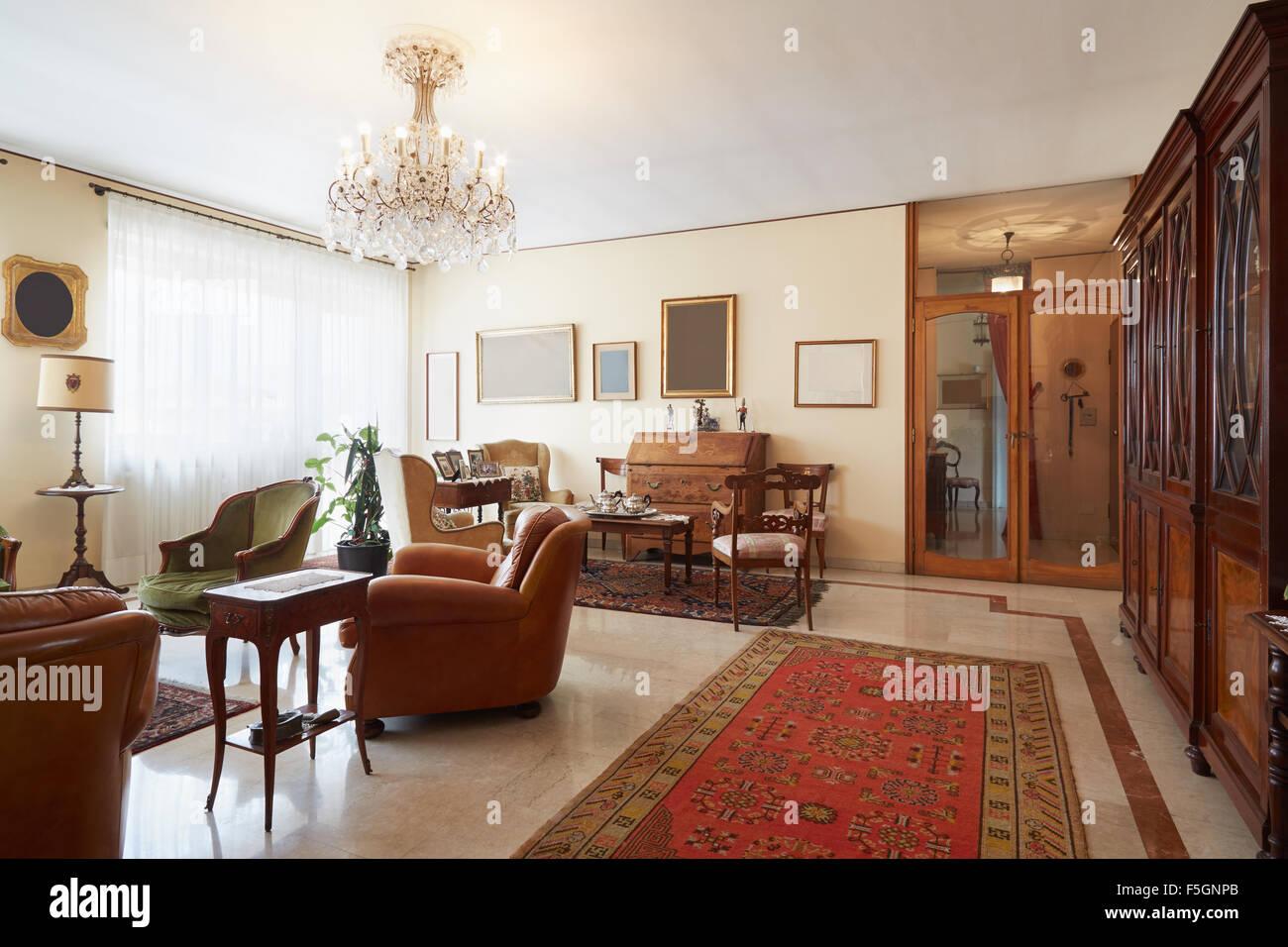 Wohnzimmer Klassische Italienische Einrichtung Mit Antiquitaten
