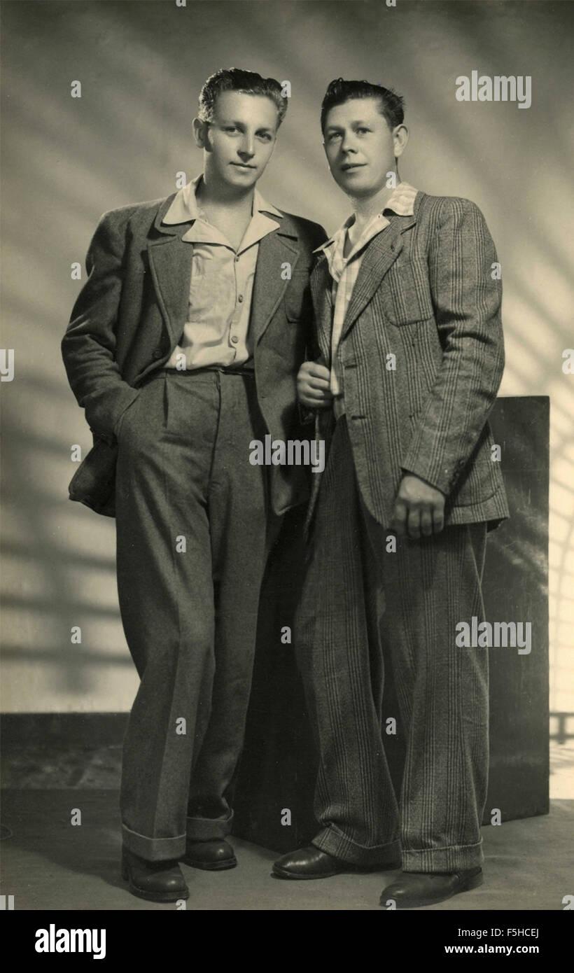 Zwei Freunde mit typischen Kleidung der 40er Jahre, Italien Stockbild