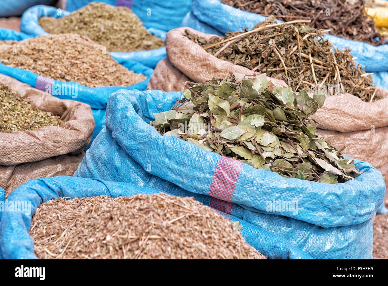 Kräuter und Gewürze auf dem Markt. Stockbild