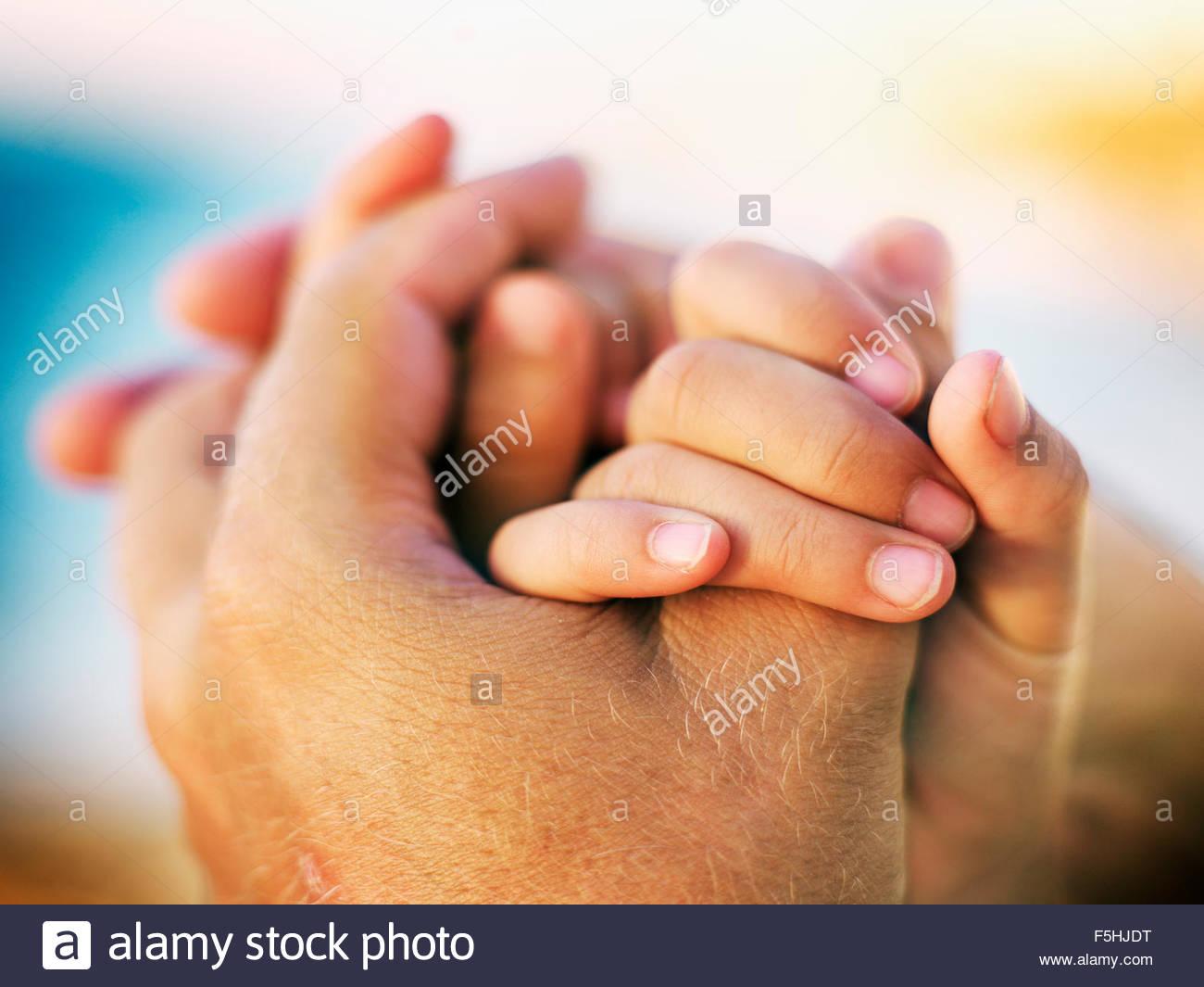 Schweden, Mutter und Tochter (8-9) Hand in Hand Stockbild