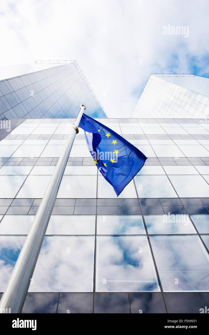 Estland, Tallinn, EU-Flagge und modernes Gebäude Stockbild