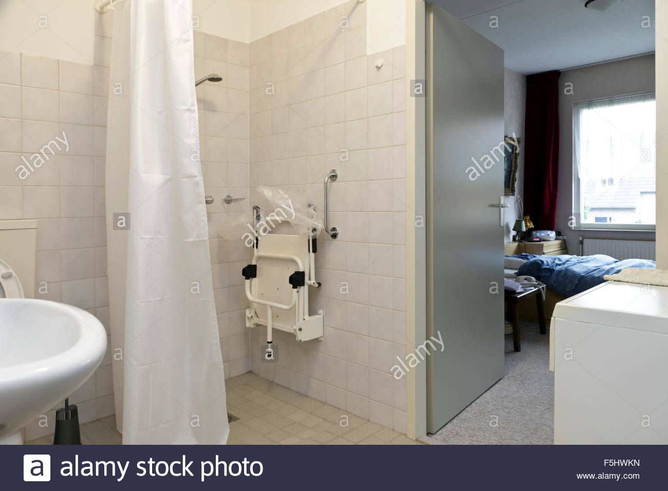 Dusche und Schlafzimmer in einem Haus unabhängiges Leben für ältere ...
