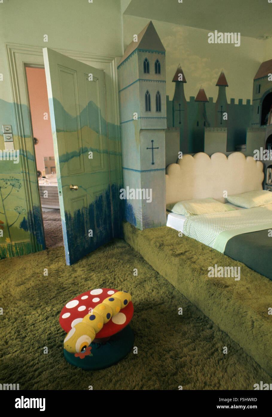 Grüner Teppich in siebziger Jahre mit einem Trompe-l \' Burg Wandbild ...