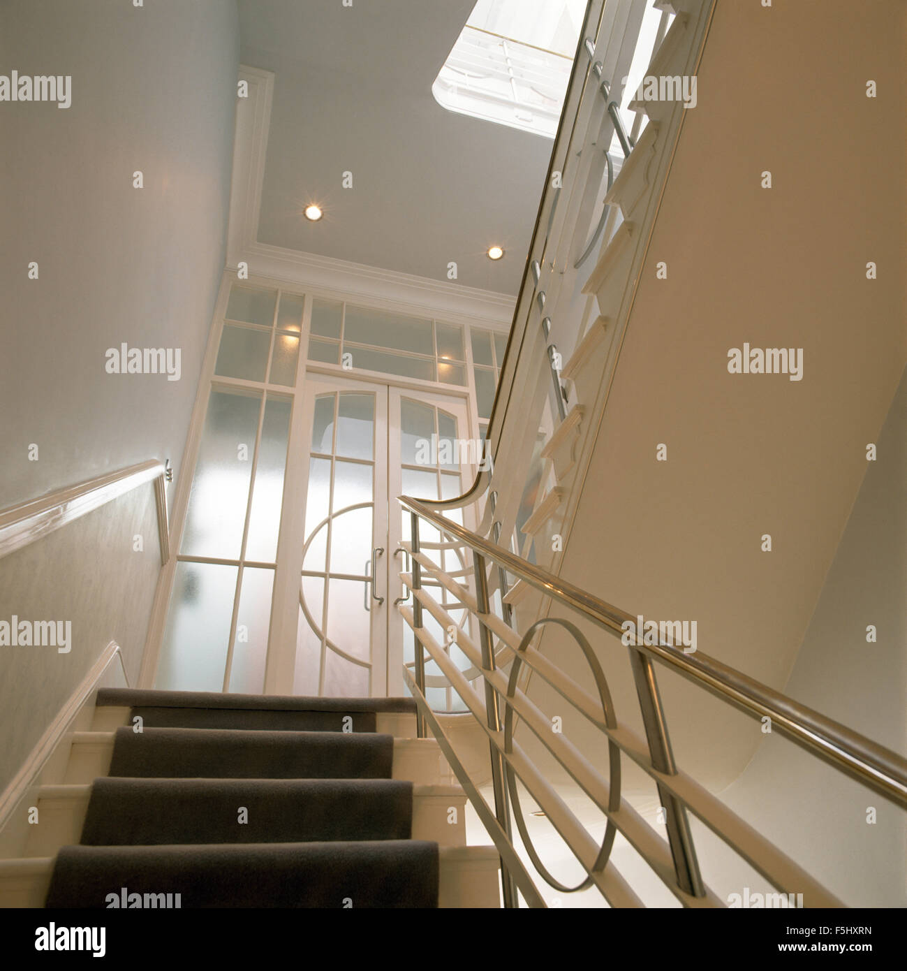 Verchromte Geländer auf der dreißiger Jahre Treppe Stockbild