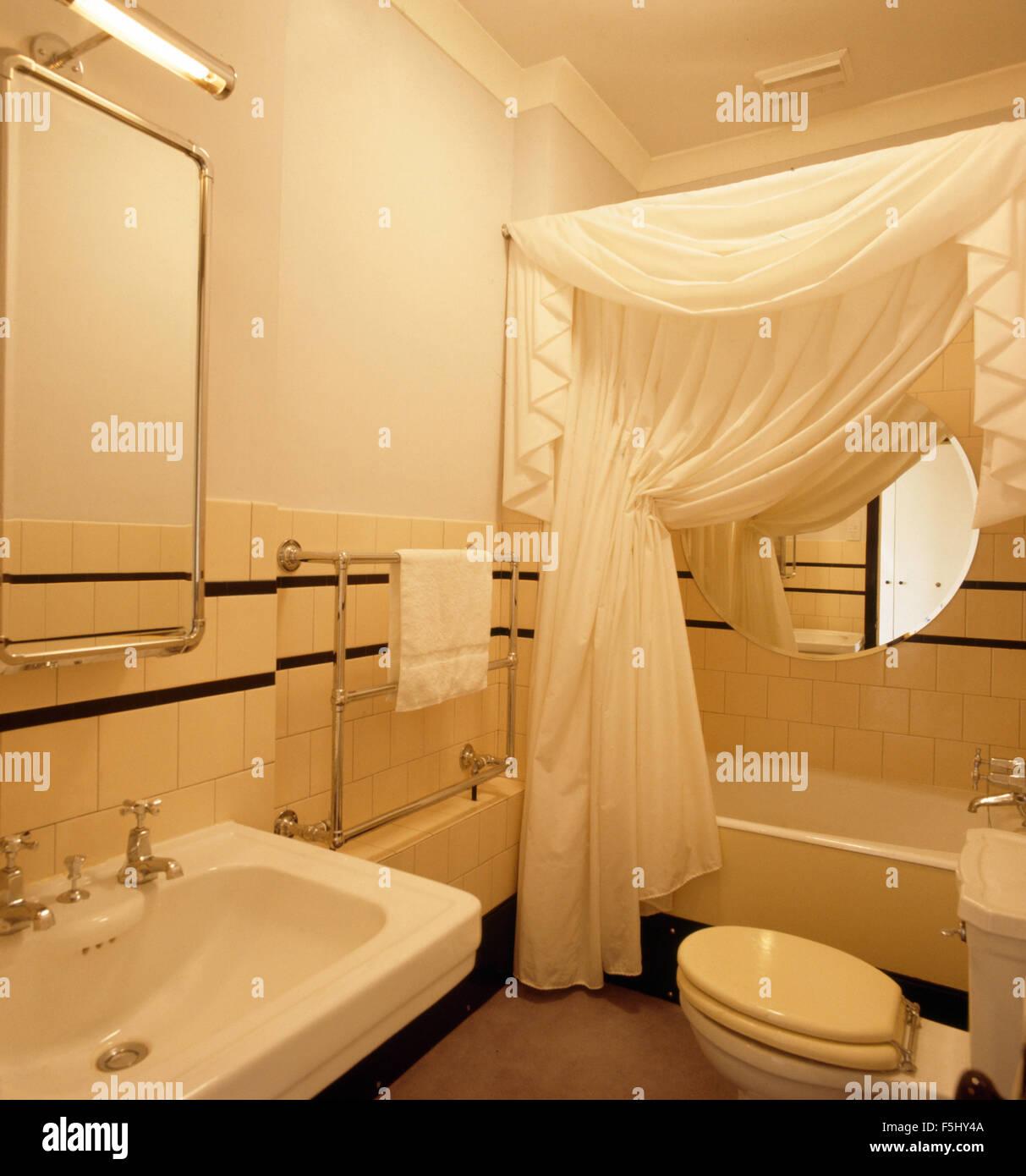 Weiß Drapiert Auf Bad Im 30er Jahre Stil Badezimmer