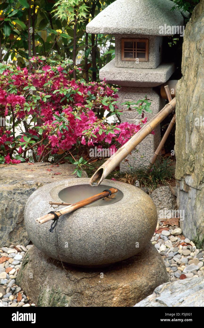 japanisches wasserspiel aus bambus rohr und kreisf 246 rmige stein topf auf der terrasse mit einer