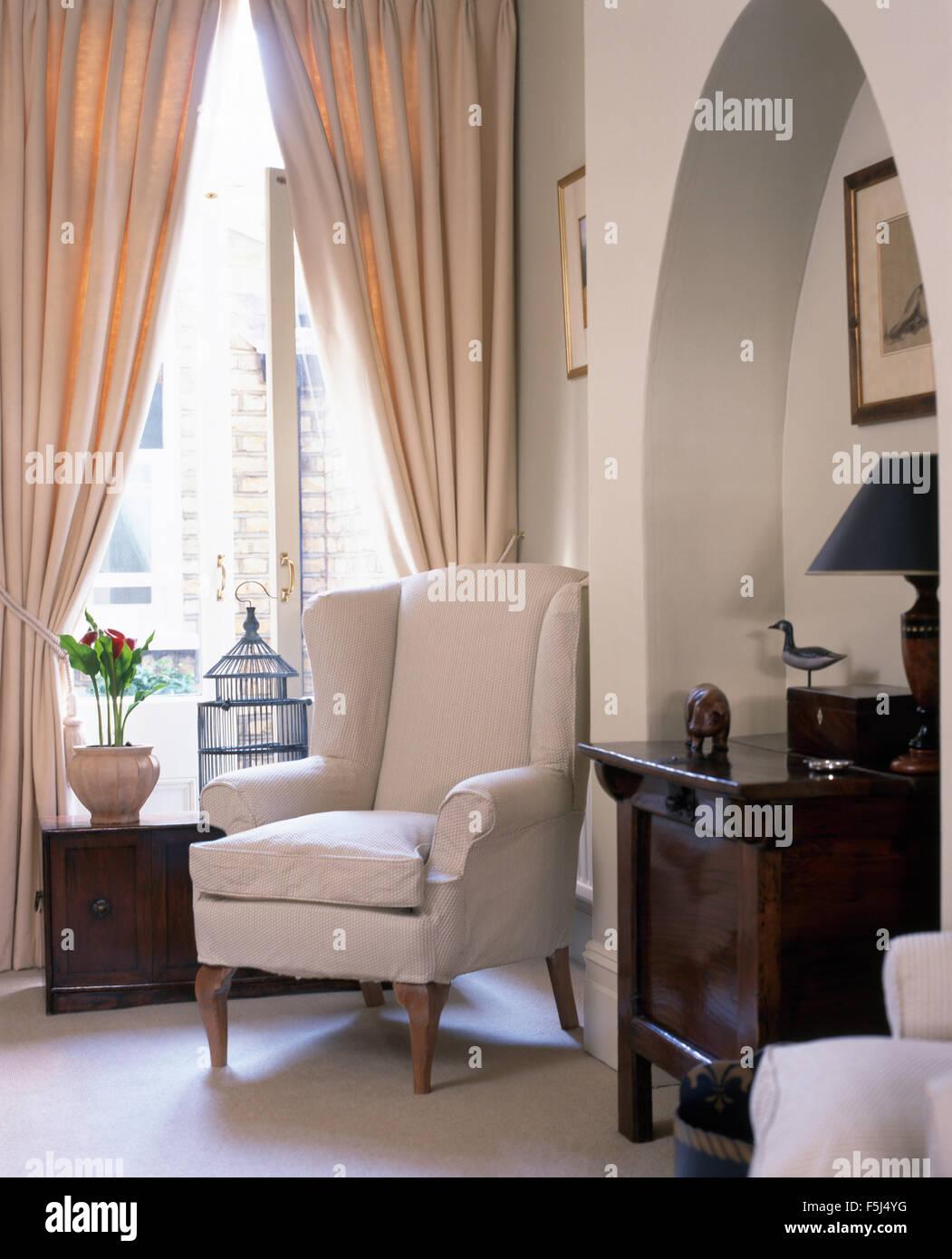 Weiße Ohrensessel Vor Fenster Mit Sahne Vorhänge In Stadthaus Wohnzimmer  Mit Eine Antike Truhe Im Alkoven
