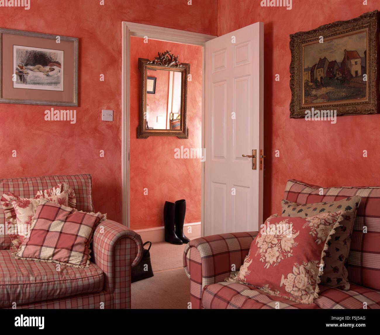 Roten aufgegebenes Sofas mit Kissen in einer roten neunziger Jahre ...