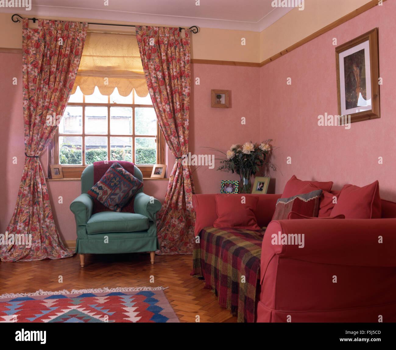 Grne Sessel Vor Fenster Mit Floral Gardinen Und Creme Blinde In Einer Rosa Neunziger Jahre Wohnzimmer Einem Tief Sofa