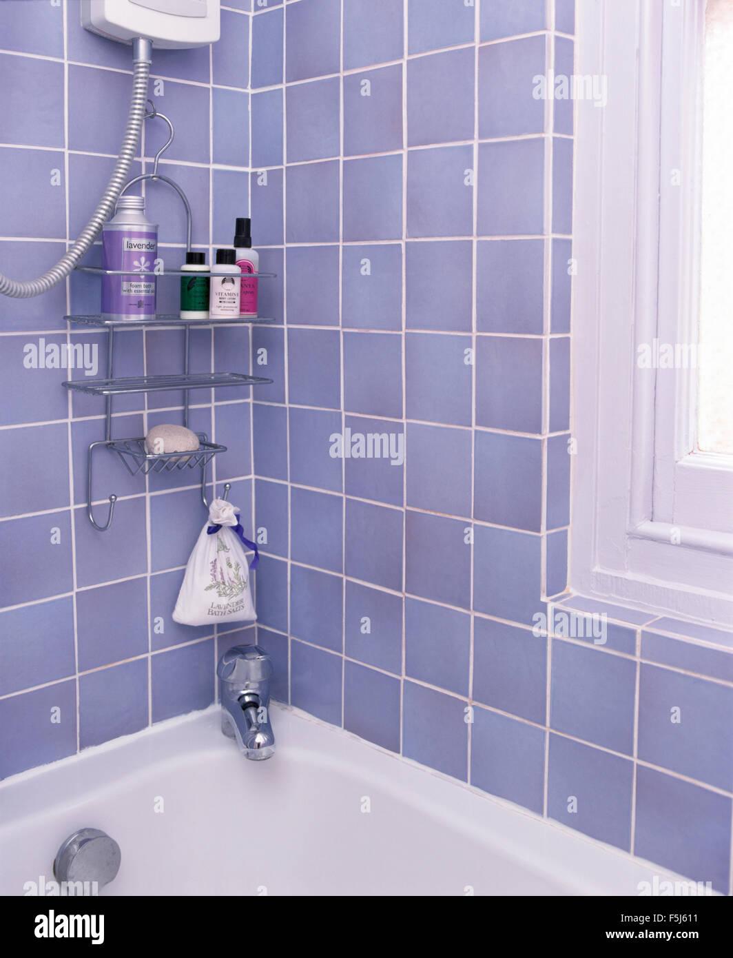 Blaue Fliesen Mit Ein Kleinen Edelstahl Regal über Bad In Einer