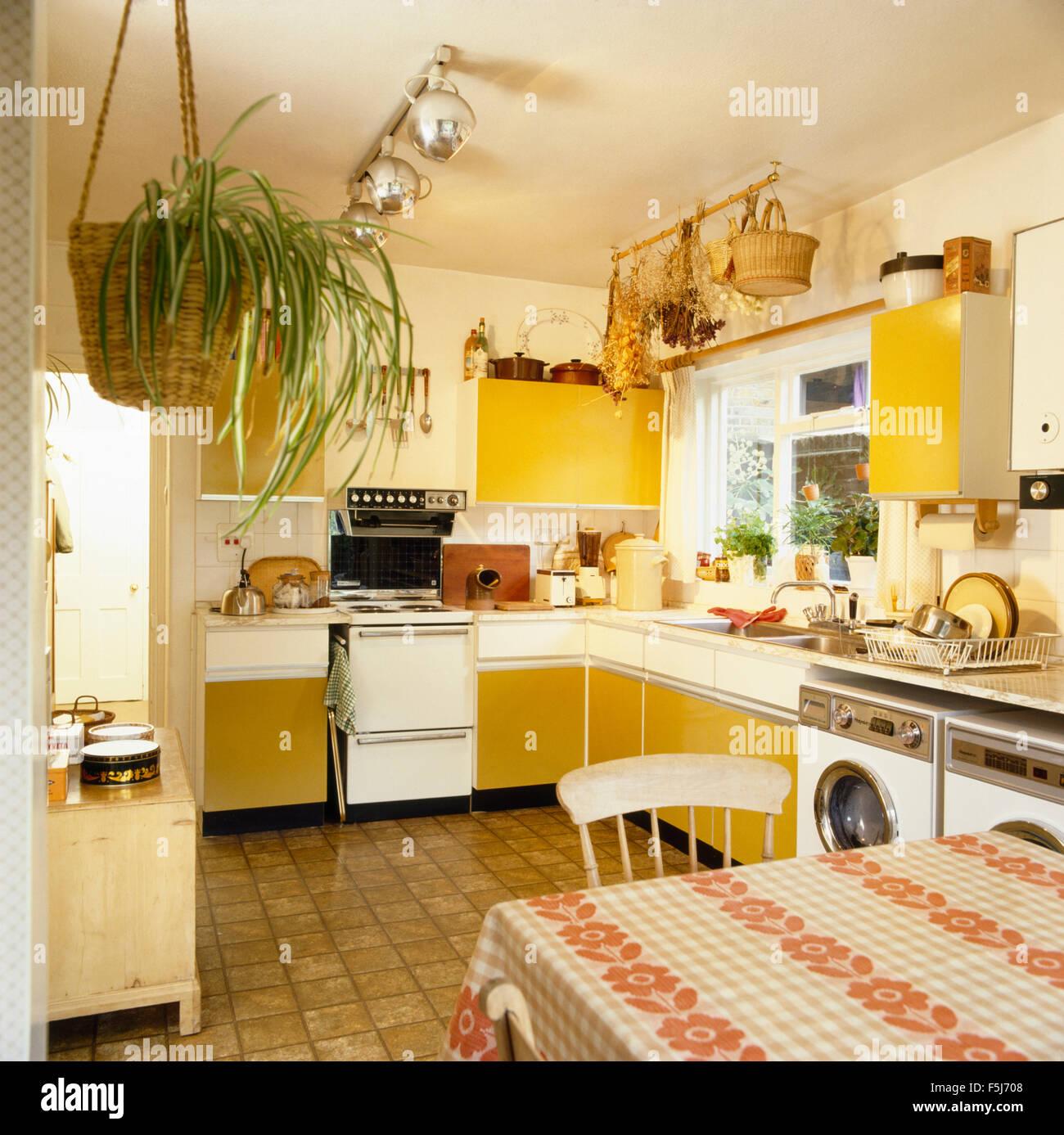 Gelbe Türen Einbauschränke in einem 70er Jahre Küche mit ...
