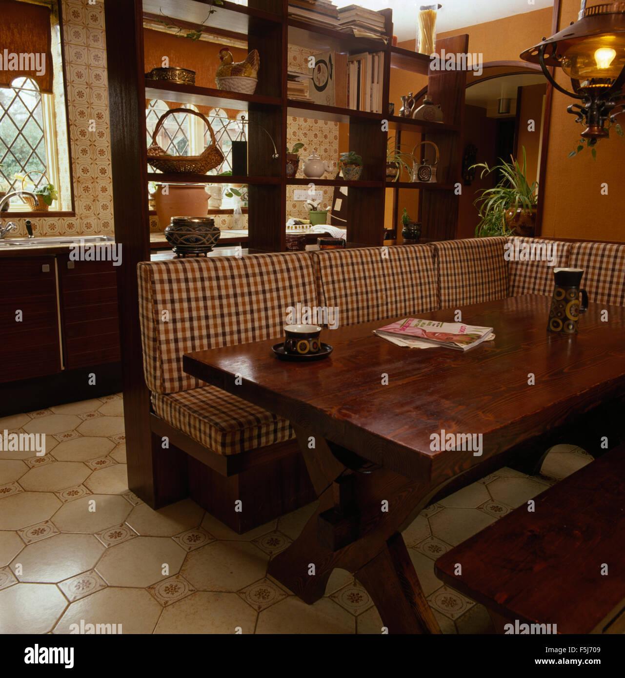 berprft kissen bankett bestuhlung an einen dunklen holztisch in einem 70er jahre wohnkche stockbild - Esstisch Mit Bankettbestuhlung