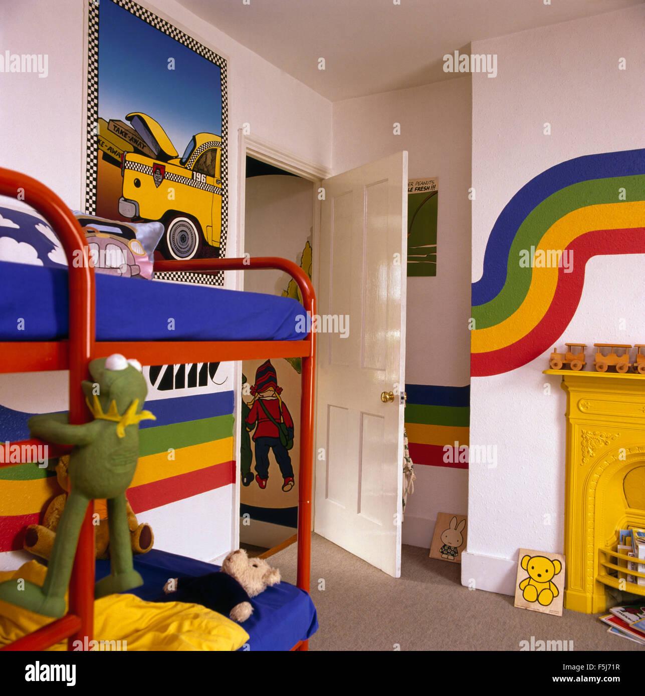 Regenbogen Streifen Gemalt An Wänden Ein Kinder Bunten 70er Jahre  Schlafzimmer Mit Roten Metall Etagenbetten