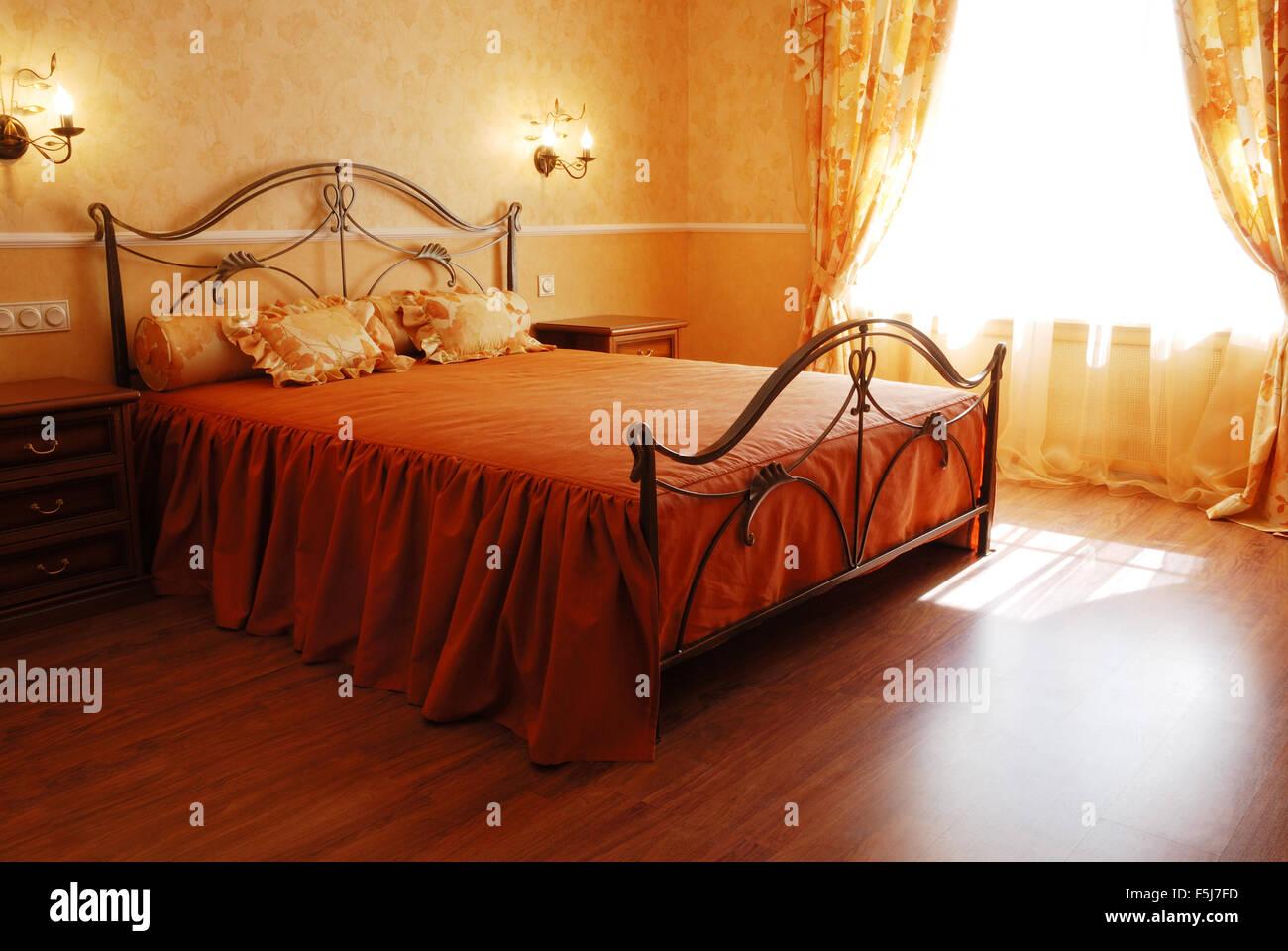 sonnigen romantischen Schlafzimmer in orange Pastell Farben ...