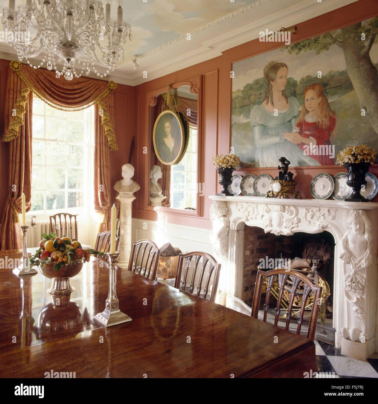 High Quality Große Gemälde An Der Wand über Dem Reich Verzierten Kamin Im Esszimmer Der  Opulenten Achtziger Jahre
