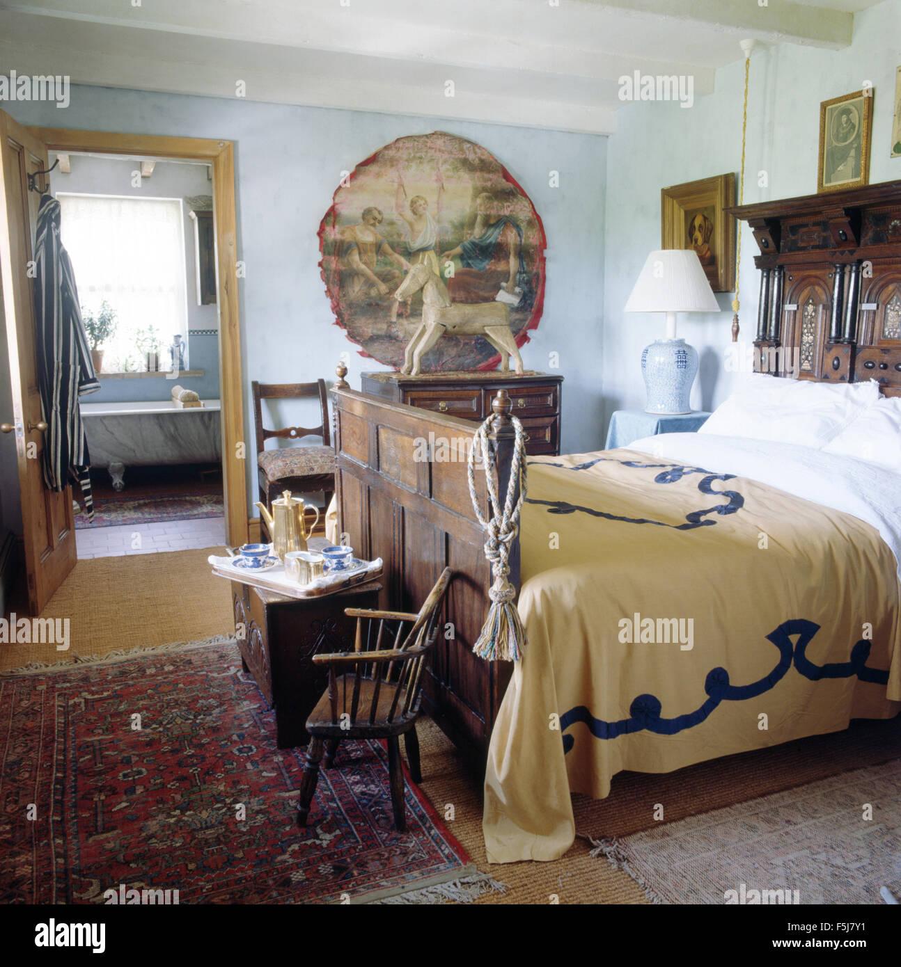 Geschnitzte Holz Antikes Bett Und Miniatur Windsor Stuhl In Einem 80er  Jahre Schlafzimmer Mit Tür Offen Für En Suite Badezimmer