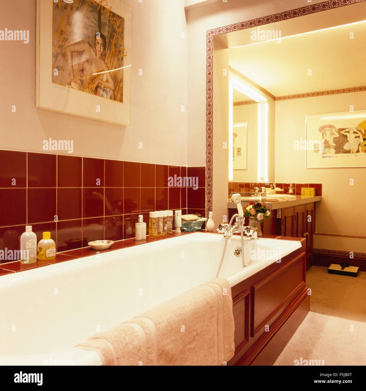 Braune Fliesen über Bad in einem 70er Jahre Bad Stockfoto, Bild ...
