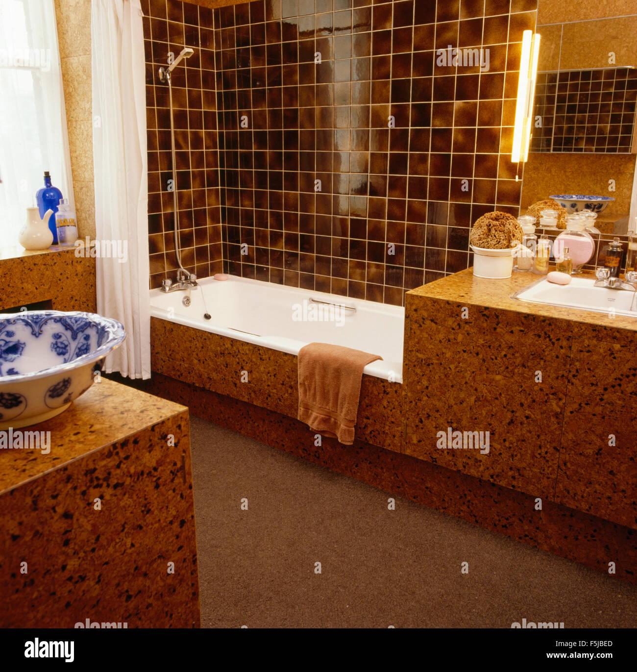 Braune Fliesen über Bad in sechziger Jahre Kork getäfelten ...