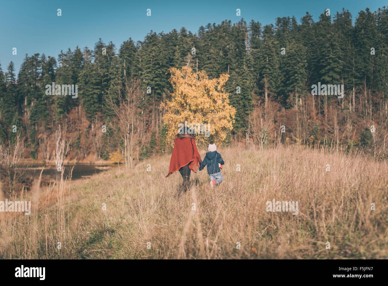 Mutter und Sohn wandern in der Natur Stockbild