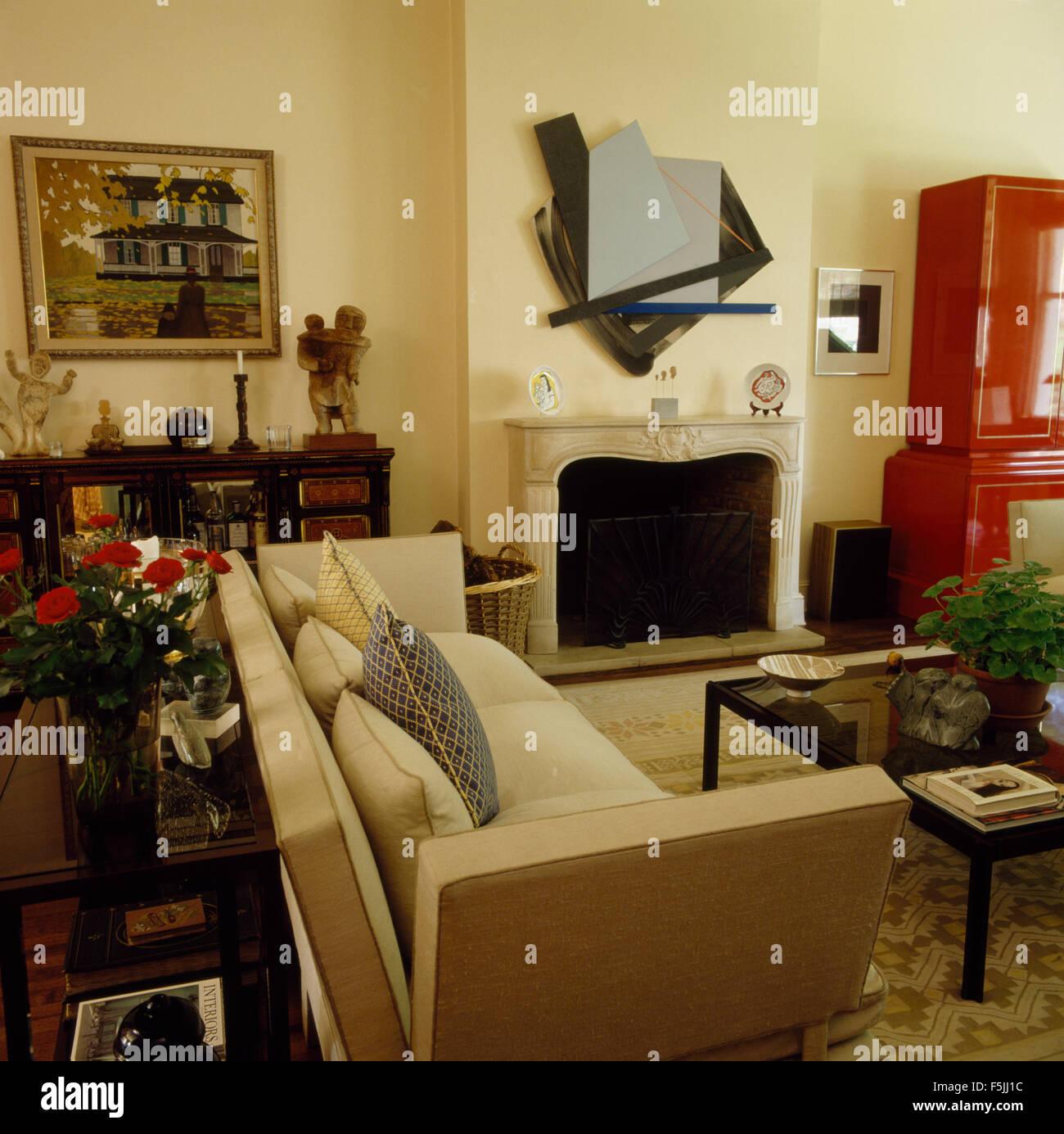 Beige Sofa Knole Stil in einem 80er Jahre Wohnzimmer mit eine ...