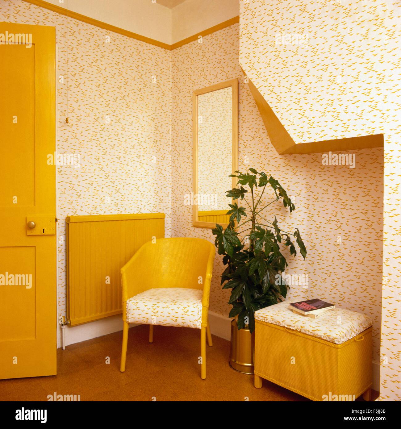 Gelb lackiert Lloyd Loom Stuhl und Wäschekorb in einem 70er Jahre ...