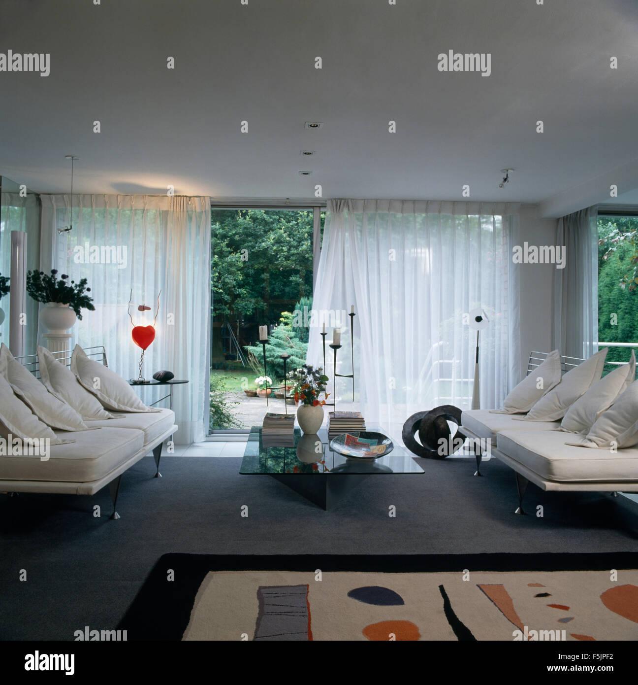 Weiße Sofas Im Wohnzimmer Mit Weißen Voile Vorhänge An Glastüren Offen Zum  Garten Der Neunziger Jahre