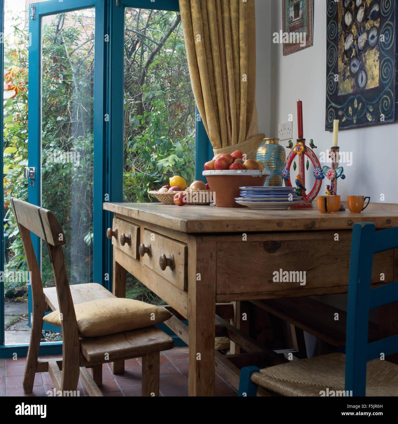 Alte Kiefern Tisch Und Stühle Im Wohnzimmer Mit Offene Glastür Zum - Wohnzimmer glastür