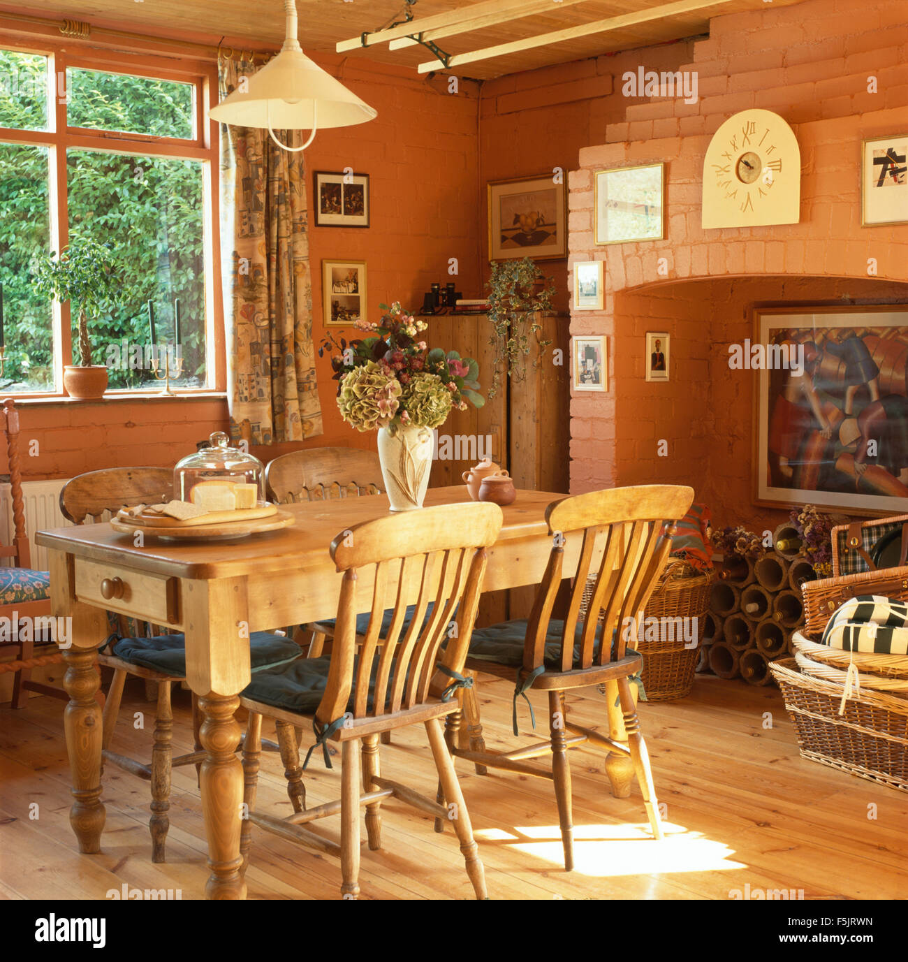 Kiefer Tisch Und Stuhlen In Einem Terracotta Gemalt Esszimmer Mit