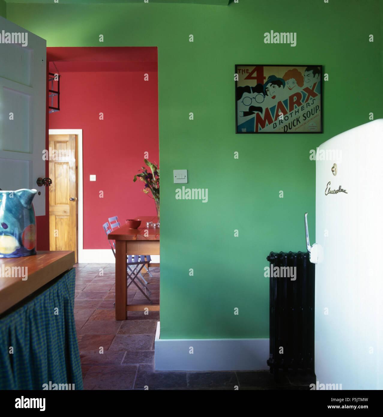 Großer Kühlschrank in einem hellen Grün Küche mit Tür zu einem roten ...