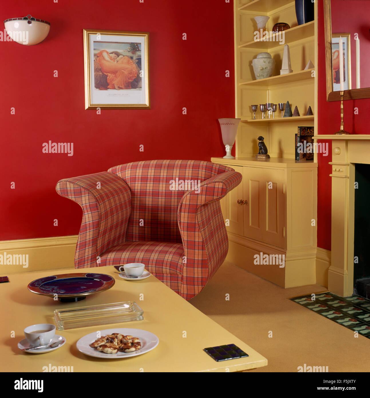Roten Aufgegebenes Sessel Und Creme Lackiert Couchtisch Im Stil Der 90er  Jahre Wohnzimmer Rot Wirtschaft Mit