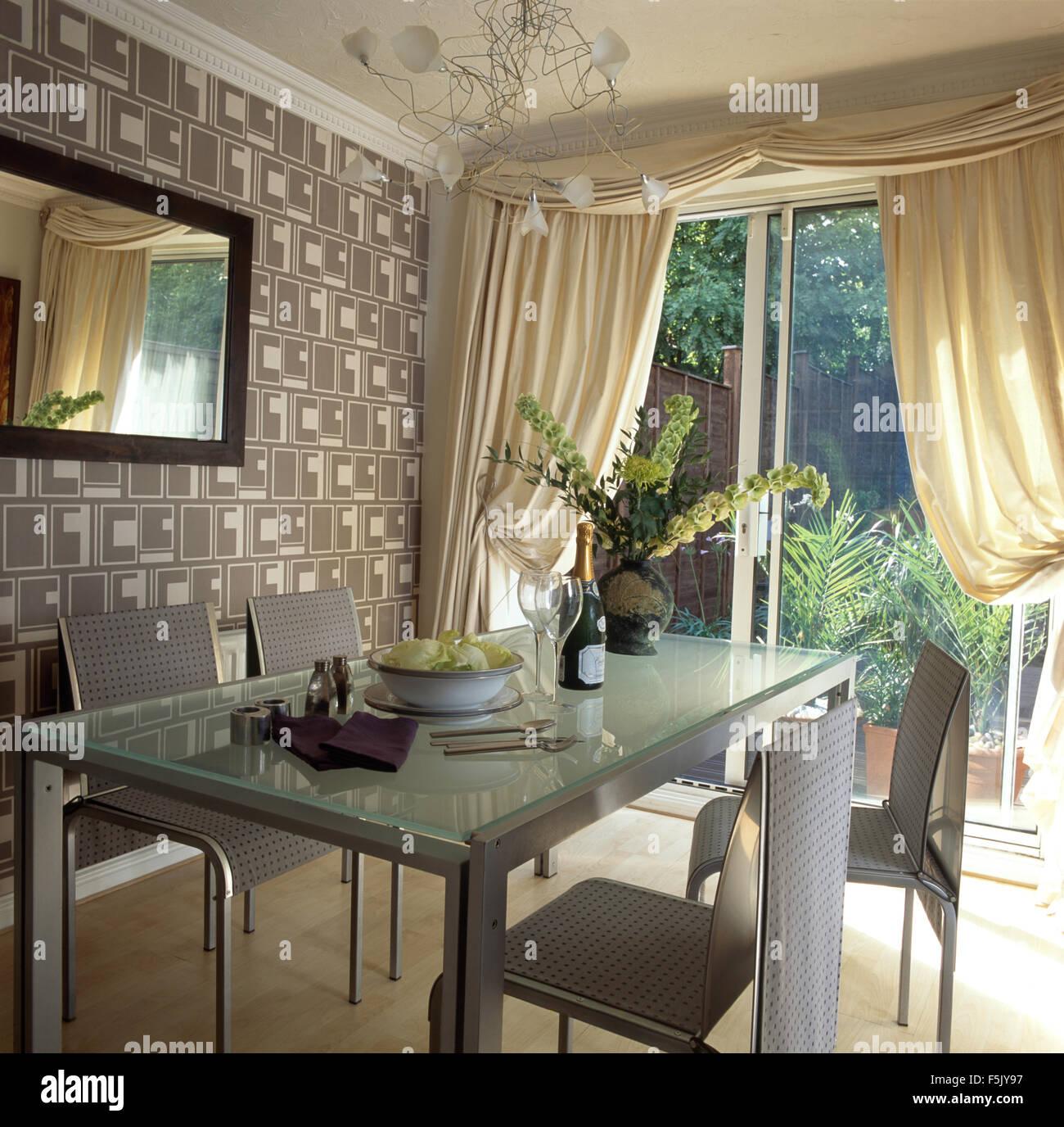 Metall Stuhle Und Tisch Im Speisesaal Mit Grauen Abstrakte