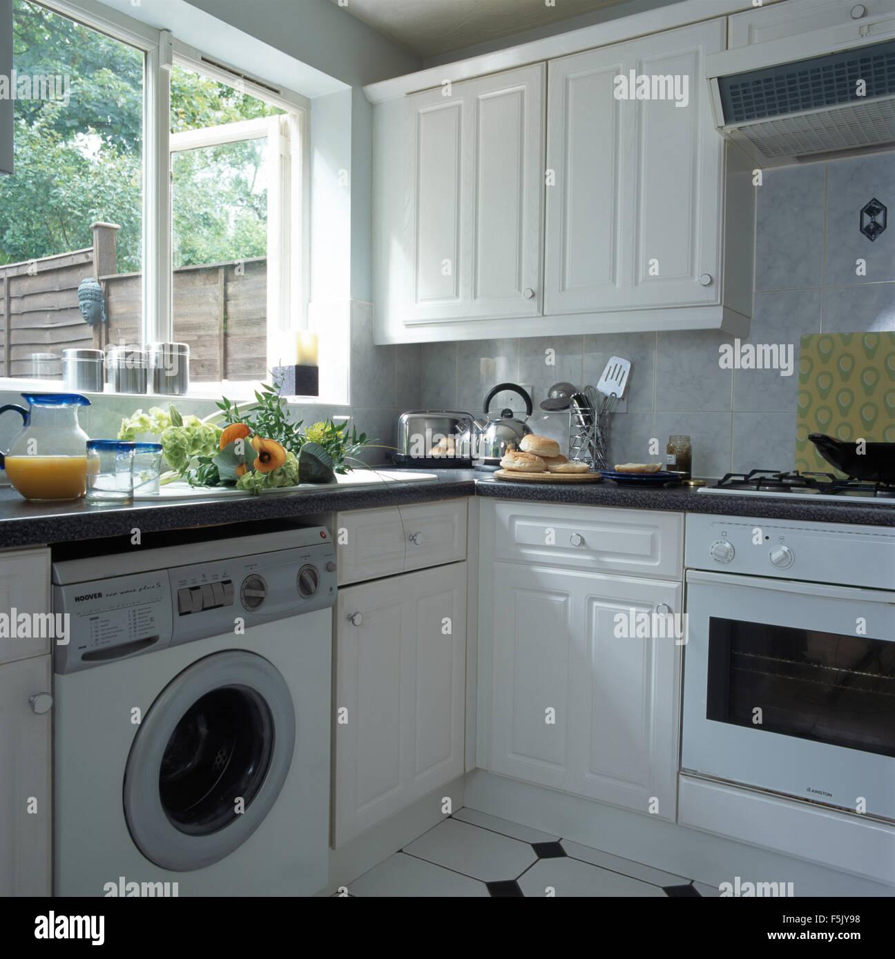 waschmaschine unter fenster in einer kleinen wei en wirtschaft stil k che ausgestattet stockfoto. Black Bedroom Furniture Sets. Home Design Ideas