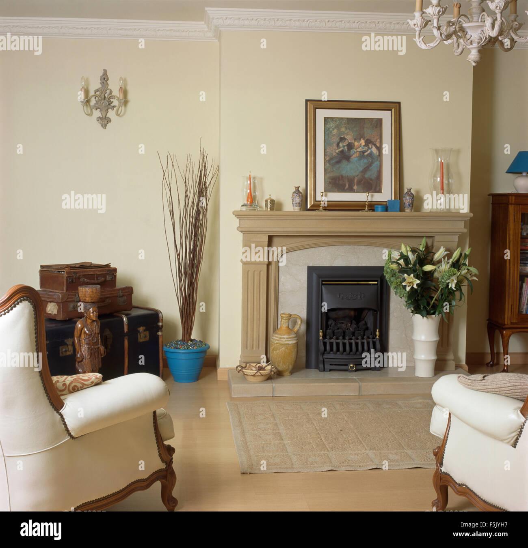 Cremefarbene Sessel Und Kamin Aus Stein In Einem Neubau Wohnzimmer Mit  Einem Bild Auf Einem