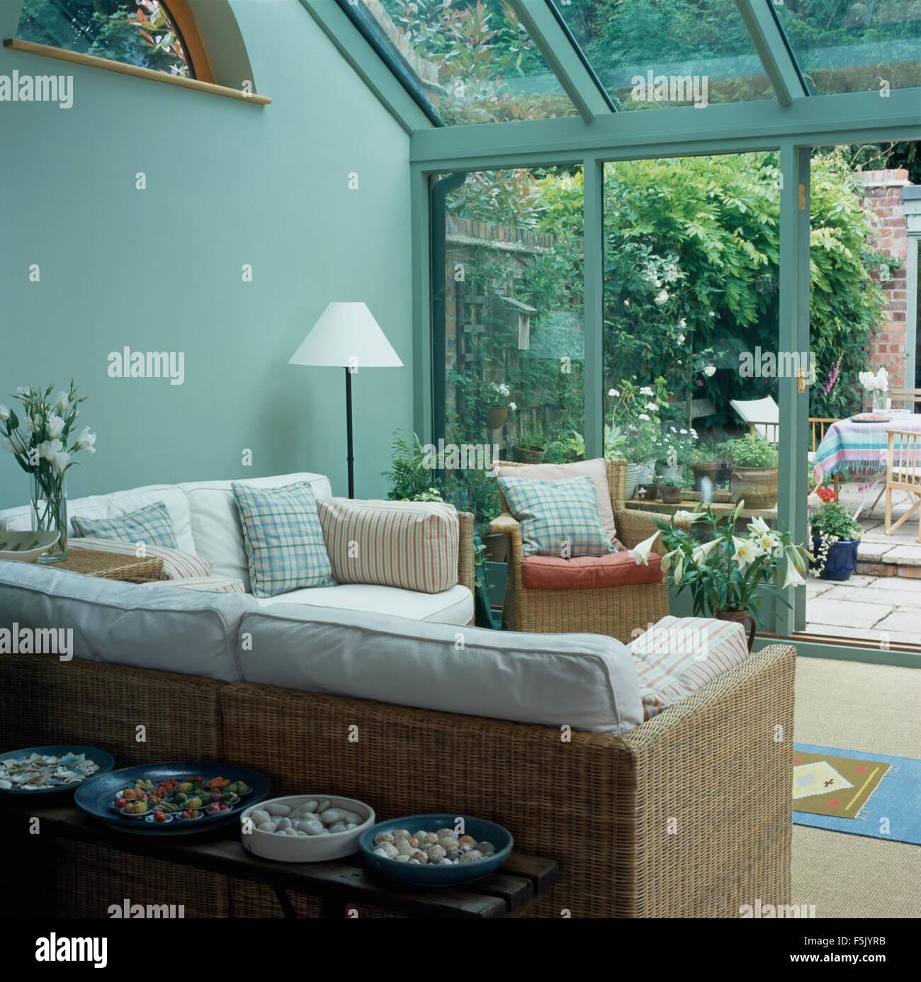 weißen kissen auf wicker sofa in einem hellen türkis wintergarten, Wohnzimmer dekoo