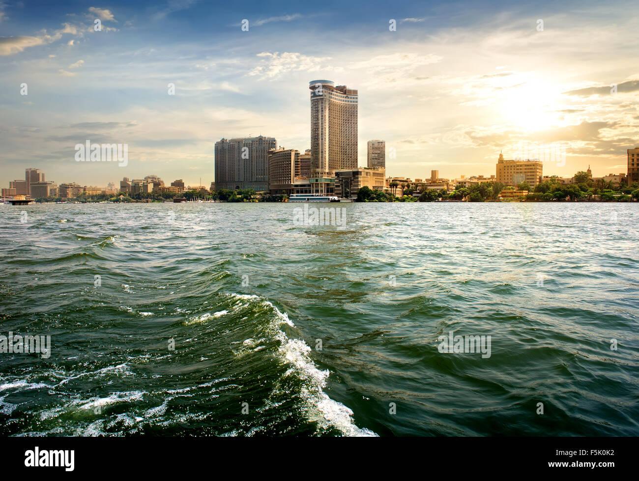 Sehen Sie sich auf moderne Kairo vom Nil Stockbild