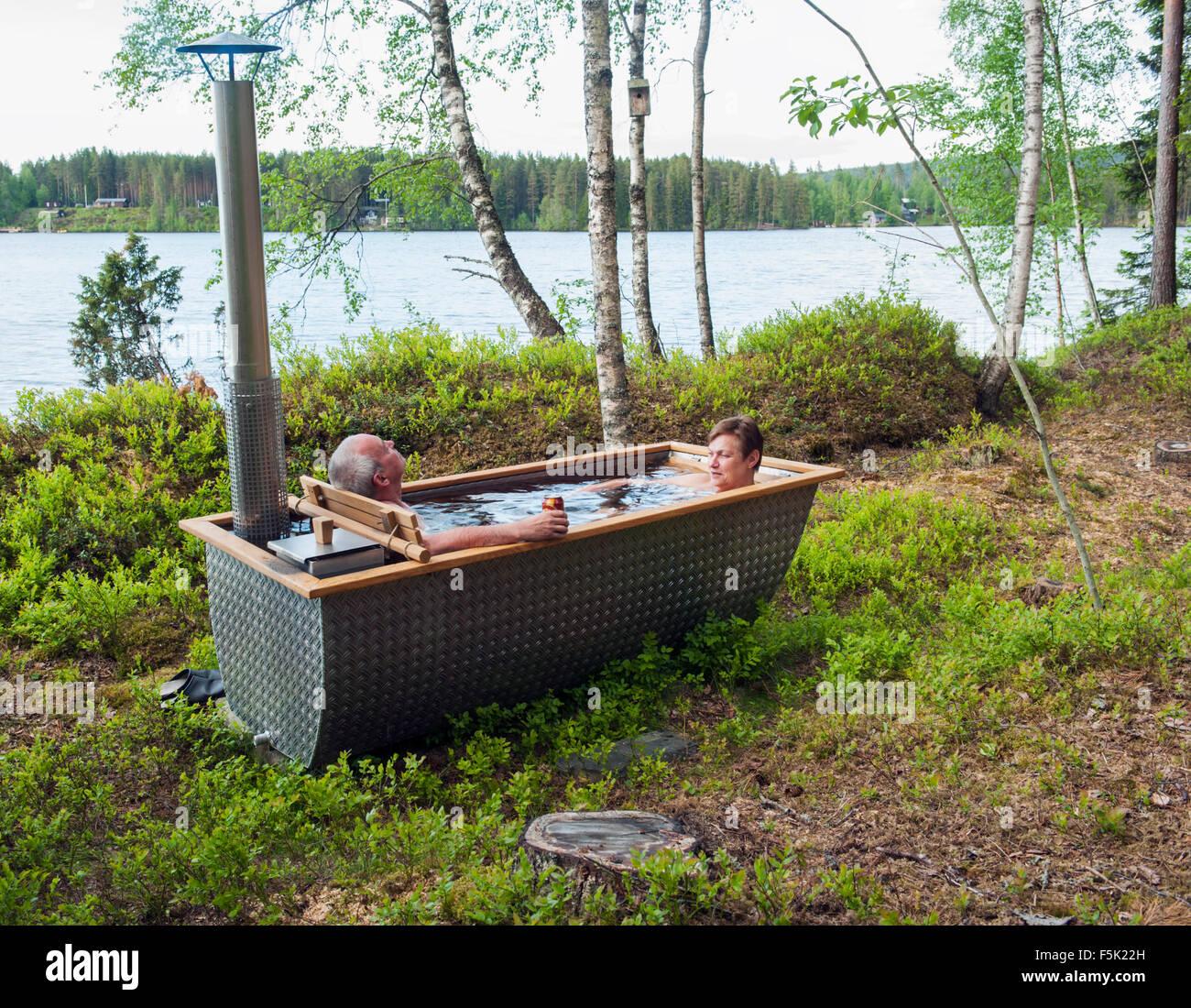 Outdoor badewanne stockfoto bild 89543849 alamy - Badewanne outdoor garten ...