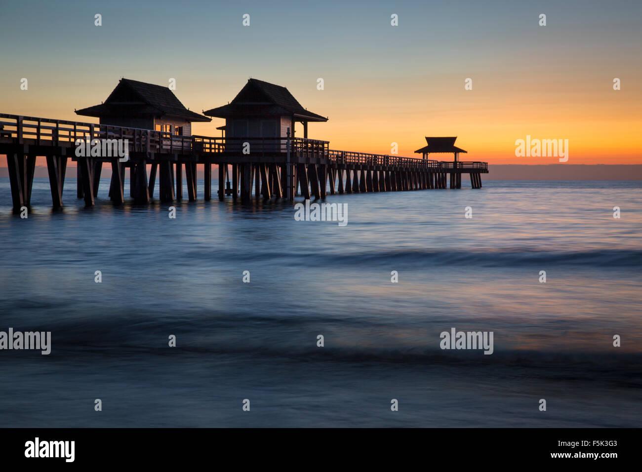 Dämmerung am Naples Pier, Naples, Florida, USA Stockbild